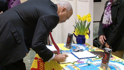 New York Assembly Member Jeffrion L. Aubry of District 35 signs a petition to support Falun Gong.