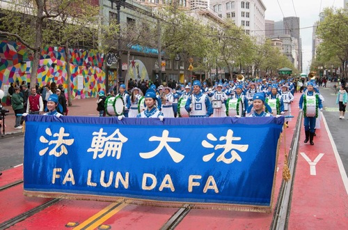 The Divine Land Marching Band, consisting entirely of Falun Gong practitioners, was warmly welcomed at the 165th annual San Francisco St. Patrick's Day Parade.
