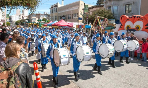 Many spectators commented that they liked the principles of Falun Dafa.