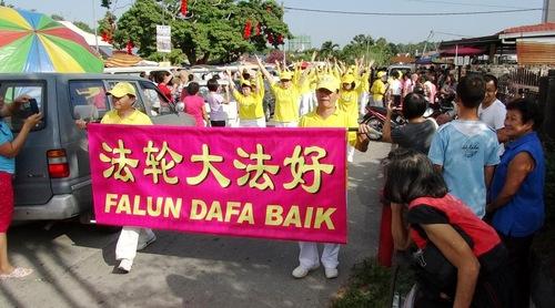 """Falun Dafa parade in Semenyih on February 21, 2016. The banner in Malay reads, """"Falun Dafa is good."""""""