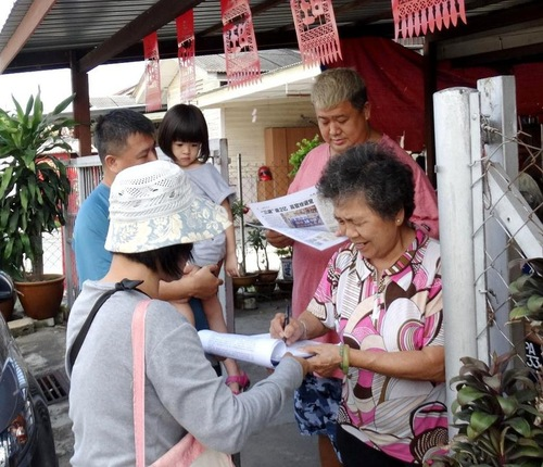 Spectators sign petitions calling for the prosecution of former Chinese leader Jiang Zemin, who initiated the communist regime's bloody campaign against Falun Dafa in China.