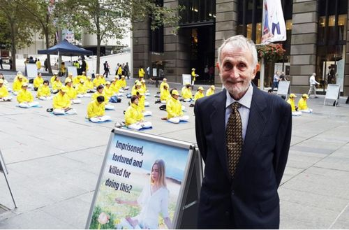 Professor Ray Smith from New South Wales University supports Falun Gong's peaceful efforts in resisting the persecution.