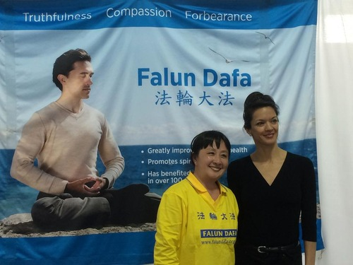 The lady on the right said that she felt positive energy as soon as she saw the Falun Gong banner