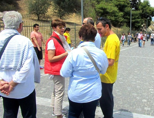 Falun Dafa practitioners demonstrate the exercises and introduce Dafa to tourists.