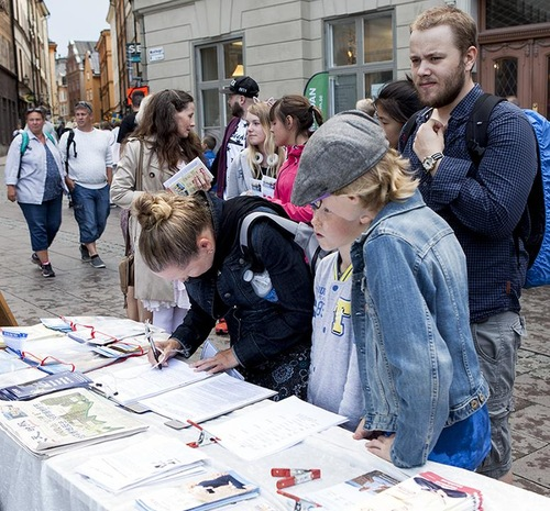 Swedish people and tourists sign the petition calling for stopping the persecution of Falun Gong and the CCP's organ harvesting crimes.