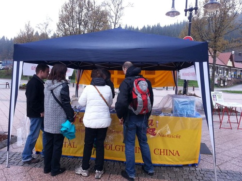 Four tourists from Switzerland learn about Falun Gong and the persecution.