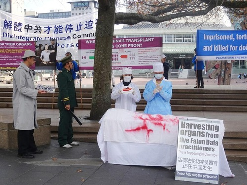 Falun Gong practitioners demonstrated tortures used by the Chinese communist regime on detained and jailed Falun Gong practitioners.