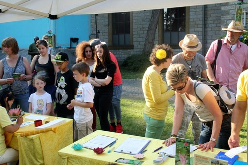 People learn about Falun Gong at Multi-Cultural Festival in Bielefeld, Germany.