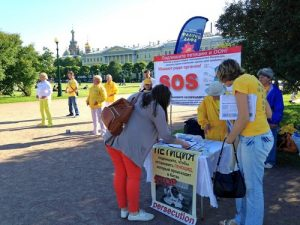 People sign a petition calling for an end to the persecution and organ harvesting.