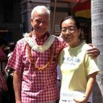 Mr. Caldwell, Mayor of Honolulu, expresses support for Falun Gong to a practitioner.
