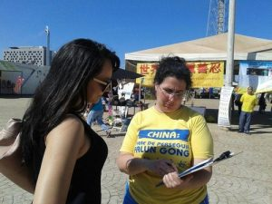 "A woman from Brasilia was happy to discover Falun Gong. She watched the exercises for a long time, and told practitioners: ""This is what I have been looking for. Inner peace is precious. I need it. I will join your exercise site,"" she said before signing the petition."