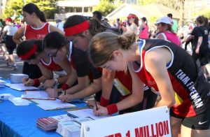 City2Surf participants signing the petition to support Falun Gong and stop the persecution in China.