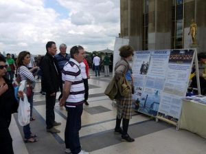 Many visitors read the posters and learned about the persecution of Falun Gong in China
