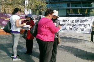 Signing a petition in Sydney to call for an end to the Chinese regime's forced organ harvesting crimes.
