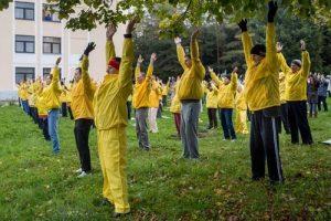 Demonstrating the exercises of Falun Dafa.