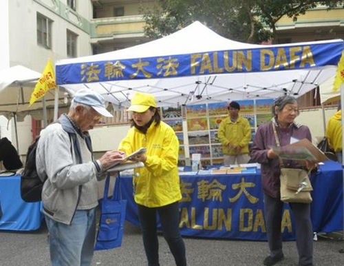 People sign a petition against the CCP's live organ harvesting.