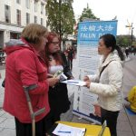 Falun Gong practitioners expose the CCP's forced organ harvesting and collect signatures on a petition in Cardiff, Wales.