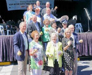 Jane Stott (deputy mayor of Ryde, fourth from left in the front row), John Alexander (Member of the Australian Parliament, first from left in the front row) and many government officials who came to the event had high praise for the Falun Dafa group.