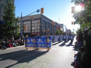 Falun Gong's marching band dressed in traditional Chinese uniforms.Their performances were warmly welcomed by the organizers and audience at the Thanksgiving Parade.