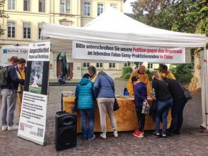 On October 15, people in Heidelberg signed the petition calling for the end of forced organ harvesting in China.