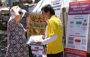 A local woman said to a practitioner that she will write the Australian Prime Minister, urging him to take action to help Falun Gong. She took a stack of Falun Gong materials for further reading.