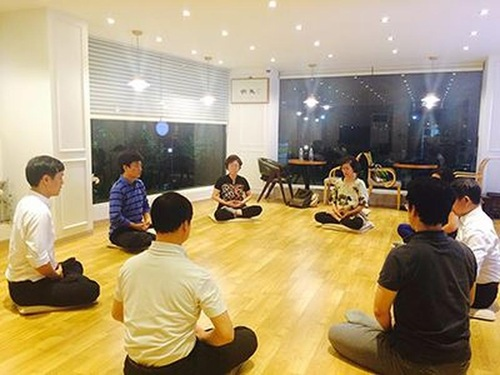 Seoul: New Practitioners Learn Falun Dafa at Tianti Bookstore