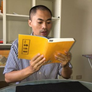 Captain Nguyễn reading the Chinese version of Zhuan Falun.
