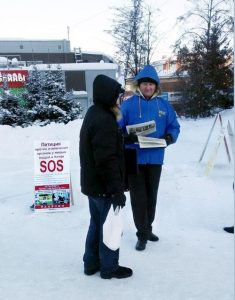 Signature collection in Tomsk took place in front of the downtown shopping mall GYM.