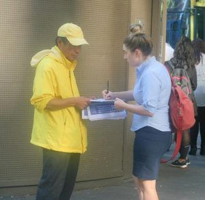 Banny Da Roza signs a petition to support Falun Gong practitioners' efforts to end the persecution.