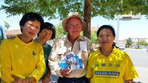 Mr. Graham from Temora meets with Falun Gong practitioners.