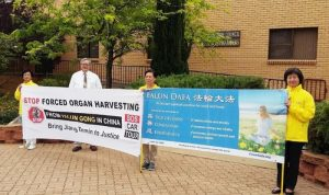 Mr. Mark Hall, councilor of Lachlan Shire welcomes Falun Gong practitioners.