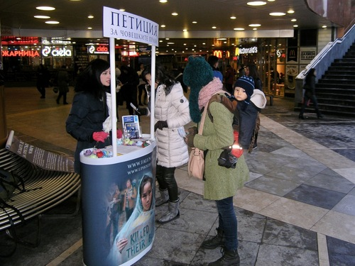 Falun Gong Practitioner talks to citizens of Sofia to raise awareness of the persecution of Falun Gong in China.
