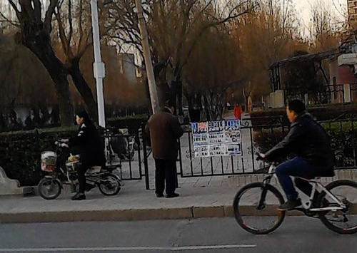 Passersby read about the CCP persecution of Falun Gong.
