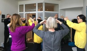 Visitors to the 2017 Body and Mind Expo learn the Falun Gong exercises.