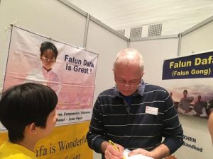 Mr. Jan Langekær signs a petition demanding that the Chinese Communist regime stop the persecution of Falun Gong.