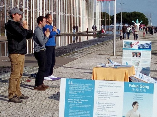 Falun Gong practitioners in Portugal collected signatures on a petition in Lisbon on February 19, 2017.