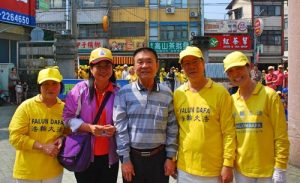President Ch'iu Wen-feng (second from left) of Meishan Primary School and Township head Liu Hung-wen (middle) have a group photo with Falun Gong practitioners.