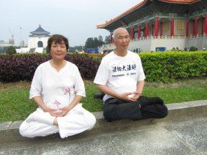Chen Cheng-kun and his wife Liu Mei do the fifth Falun Gong exercise.