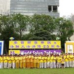 Falun Gong practitioners in Singapore wish Master Li a happy birthday in Hong Lim Park on May 2, 2017.