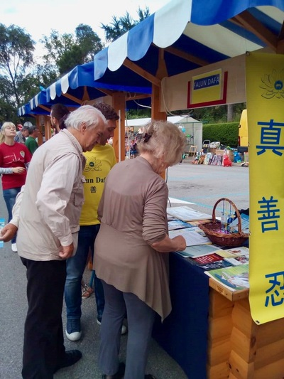 Passersby sign the petition to protest forced organ harvesting in China.