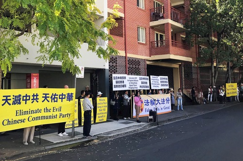 Practitioners held a peaceful rally in front of the Chinese Consulate in Sydney on April 15.