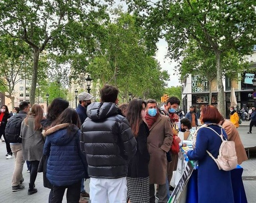 Practitioners held activities at the city's center in Catalonia to tell people about Falun Dafa.