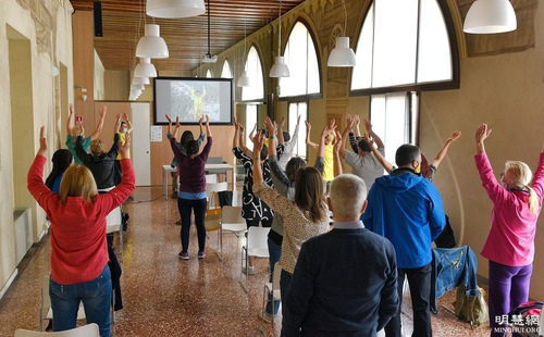 People in Thiene, Italy, learn the Falun Gong exercises.