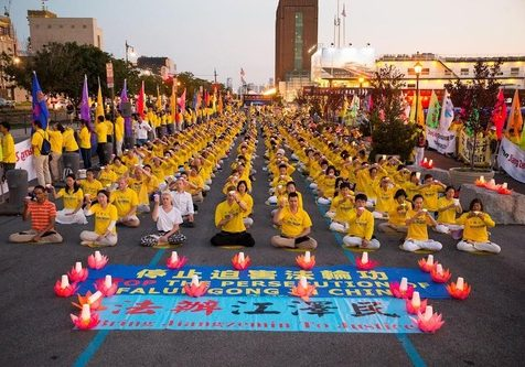 Falun Dafa practictioners held a candlelight vigil at the Chinese consulate in New York, USA.