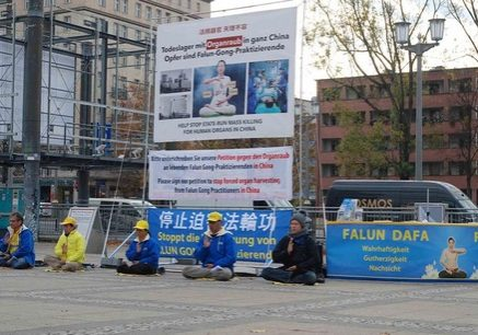 Falun Gong practitioners hold activities during the 27th Annual Conference of the German Transplantation Society.