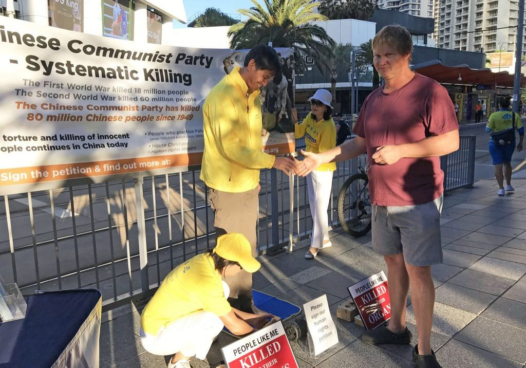 A Queenslander happily signs the petition to stop the brutal state practice of organ harvesting in China.