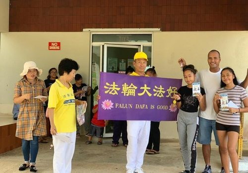 Practitioners talk to people in Tinian and Rota Islands about Falun Gong.