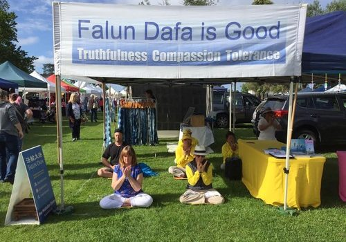 Falun Gong practitioners set up booths at the Christmas markets at Mornington Racecourse and Warrandyte in Melbourne, Australia, on December 9 and 15.