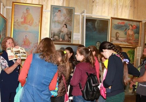 An exhibition guide introduces the artwork to visitors.