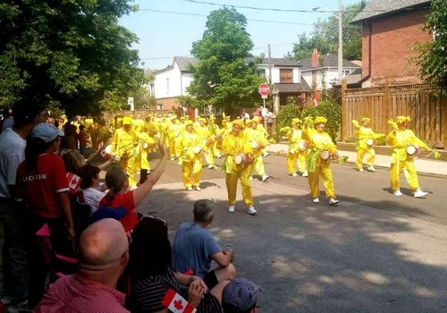 Falun Dafa practitioners play waist drums at the National Day parade in East York, Toronto.